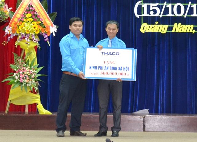 Công ty CP ô tô Trường Hải tặng 500 triệu đồng cho Hội LHTN Việt Nam tỉnh thực hiện các hoạt động an sinh xã hội.. Ảnh: PHAN TUẤN