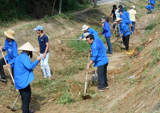 Thanh niên Điện Bàn tham gia nạo vét kênh mương. Ảnh: HC