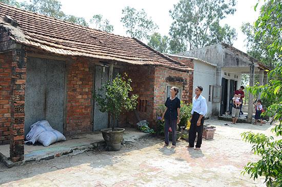Vợ chồng ông Tống Ngọc Lự thôn 5 (xã Bình Dương) than thở vì hơn 5 năm nay không được sửa chữa nhà nên mong muốn Nhà nước di dời sớm. Ảnh: TRẦN HỮU