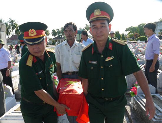 Trung tá Nguyễn Văn Hạnh (bìa phải) tại lễ an táng 8 hài cốt liệt sĩ vào nghĩa trang Điện Bàn, tháng 9.2016. Ảnh: H.V