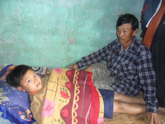 Em Trần Hữu Mạnh (học sinh lớp 7/3, Trường THCS Trần Cao Vân) mắc bệnh ung thư xương. Ảnh: NHƯ TRANG