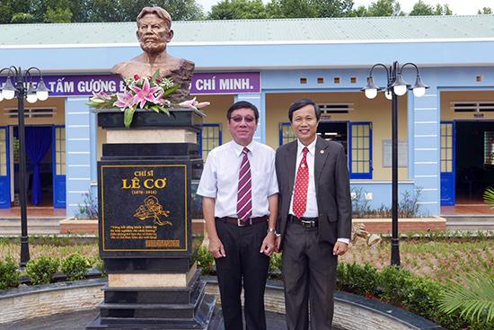 Tác giả và ông Lê Nguyên Đại bên tượng chí sĩ Lê Cơ tại trường THCS Lê Cơ.