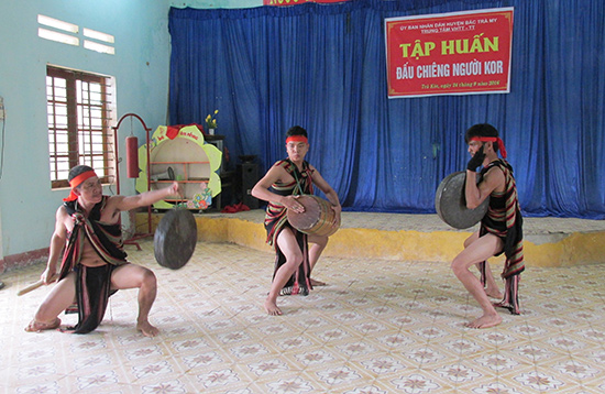 Nhóm nghệ nhân dân tộc Co gạo cội Hồ Văn Biên (Trà Bồng, Quảng Ngãi) trình diễn đấu chiêng.Ảnh: N.V.B