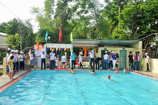 Trong khi nhà nước chưa quan tâm thì một số cá nhân bỏ tiền đầu tư xây dựng bể bơi nhằm đáp ứng nhu cầu của người dân. TRONG ẢNH: bể bơi tư nhân Hoa Sứ tại phường Hòa Hương, TP.Tam Kỳ.
