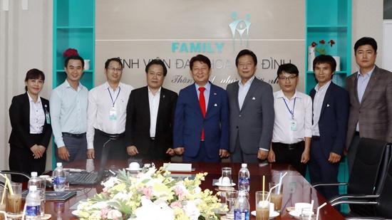 Đoàn công tác của thị trưởng thành phố Daegu chụp ảnh giao lưu với lãnh đạo Bênh viên Gia Đình