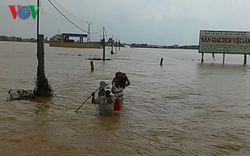 Tuyến đường chính dẫn vào xã Quảng Hòa, thị xã Ba Đồn vẫn chìm sâu trong lũ.