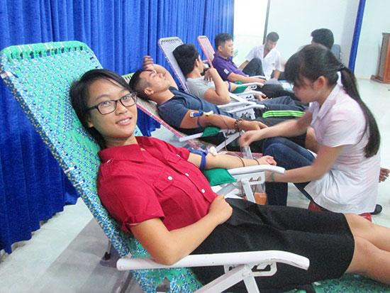 Đông đảo bạn trẻ Duy Xuyên tham gia ngày hội hiến máu đợt 2 năm 2016. Ảnh: T.P
