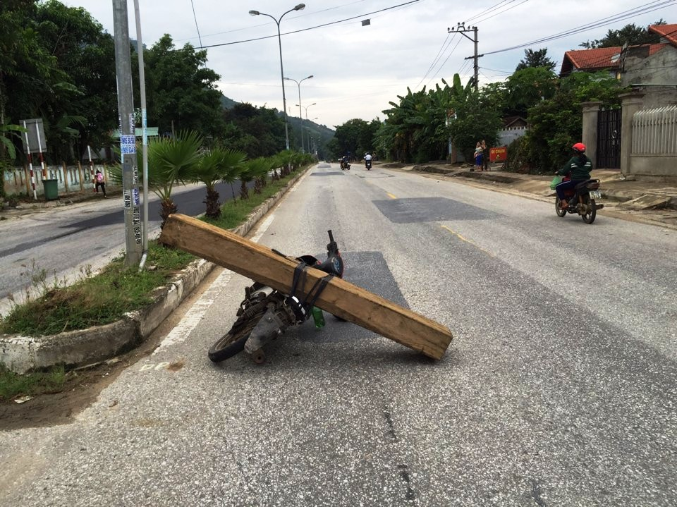 Chiếc xe máy chở gỗ là tang vật của vụ việc đang được tạm giữ. Ảnh: cơ quan điều tra cung cấp