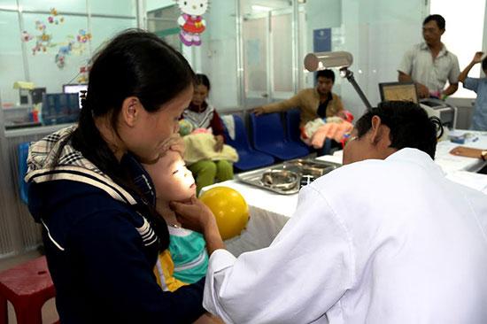 Cần lưu ý bảo vệ trẻ trước những bệnh hay xảy ra thời điểm giao mùa. Ảnh: PHƯƠNG GIANG