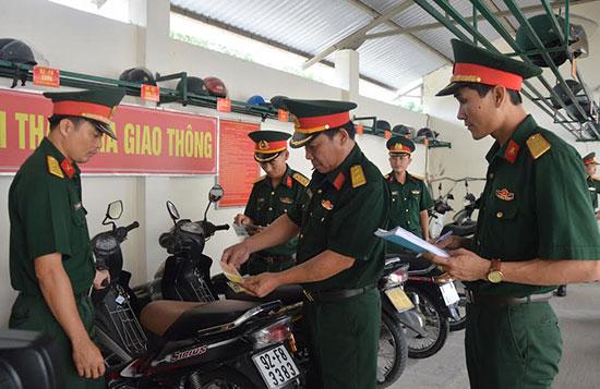 Ban chỉ đạo 50 Cơ quan Quân sự huyện Quế Sơn kiểm tra xe máy định kỳ của quân nhân trong đơn vị. Ảnh: T.A