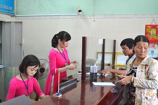 Nông dân được tạo điều kiện thuận lợi khi đến giao dịch tín dụng tại Quỹ tín dụng nhân dân Tây Điện Bàn. Ảnh: C.T