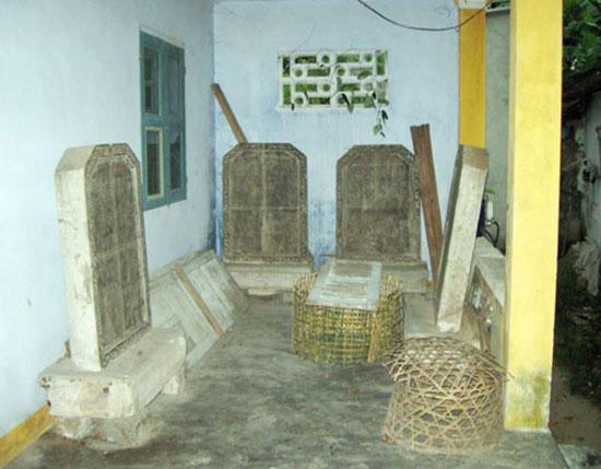 Bia ghi công trạng Nguyễn Văn Trương cùng nhiều văn bia  nằm tại đình Tiền hiền Hà Lam.ảnh: Bích Liên