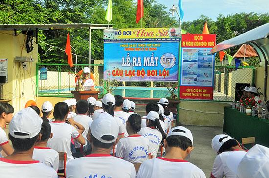 Dù nhà trường chưa có bể bơi nhưng Trường THCS Lý Tự Trọng (Tam Kỳ) đã đưa chương trình giáo dục bơi cho học sinh từ khá sớm và thuê bể bơi bên ngoài để dạy.