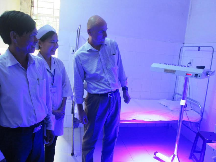 Bàn giao máy đèn chiếu vàng da cho Trung tâm Y tế huyện Duy Xuyên chiều 20.10. Ảnh: HOÀI NHI