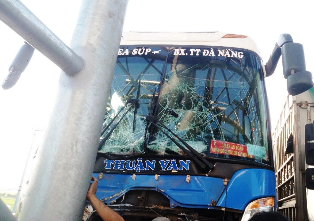 Vụ tai nạn khiến xe khách vỡ nát kính, nhiều hành khách bị thương