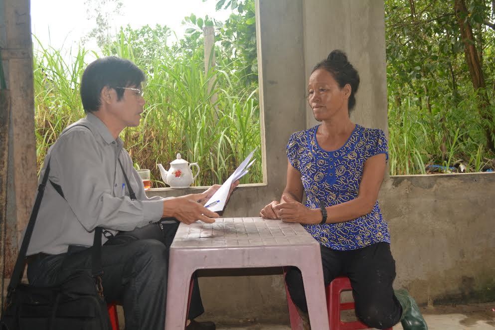 Trao tận tay 700 nghìn đồng của bạn đọc  gửi tặng đại diện gia đình em Nguyễn Thị Diễm (thôn Xuân Thái Tây, xã Bình Định Bắc, huyện Thăng Bình).