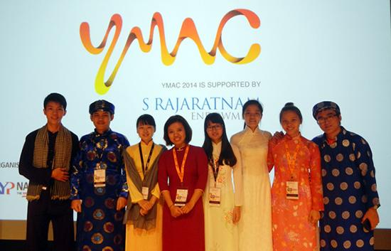 Sinh viên Võ Thị Hoài Trâm (thứ 3, bên phải) tham dự hội nghị Tọa đàm sinh viên khu vực ASEAN 2014.