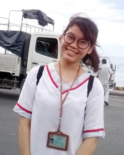 Sinh viên Nguyễn Thị Thanh trong đợt thực tế tại cảng Tiên Sa trong năm học đầu tiên ở trường Duy Tân.