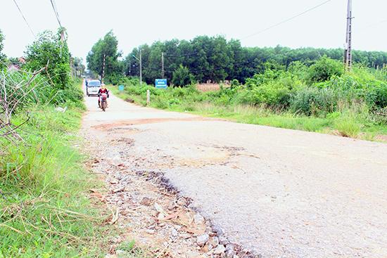 Tuyến đường ĐH9.PN (đoạn qua xã Tam Lộc) đang được mời thầu để sửa chữa, nâng cấp. Ảnh: VĂN HÀO