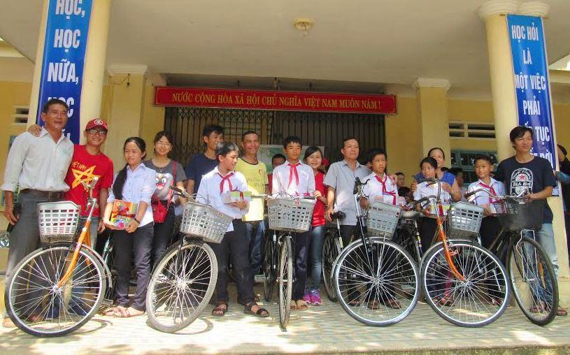 Nhóm Phượt Tam Kỳ cùng các em trong buổi trao tặng xe đạp và các phần quà