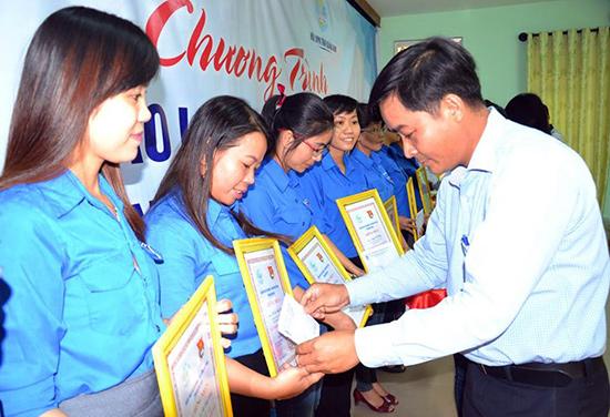 """Chị Trần Thị Minh Tuyền (thứ 2 bên trái )được tuyên dương phụ nữ """"2 giỏi"""" cấp tỉnh. Ảnh: H.C"""