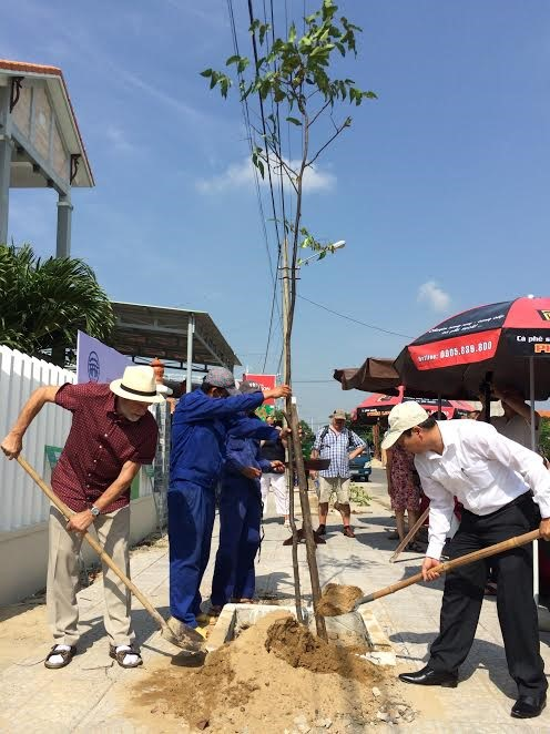Mr. Siegel and Mr. Son (Deputy Chairman of Hoi An City People's Committee) at the tree planting ceremony