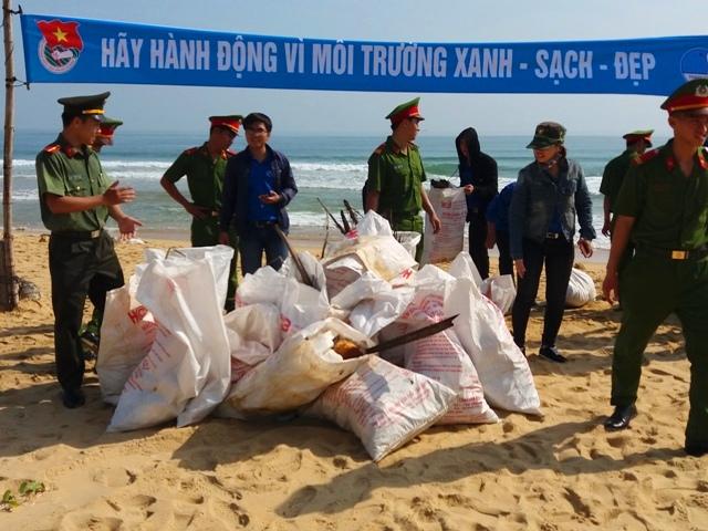 Ra quân dọn dẹp vệ sinh bãi biển