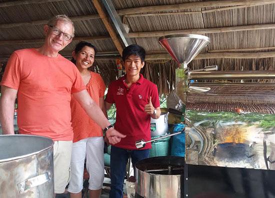 Anh Nguyễn Thanh Vũ giới thiệu quy trình sản xuất cà phê sạch cho du khách. Ảnh: Q.T