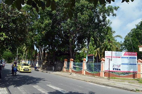Trường Đại học Phan Châu Trinh đề xuất cho thuê gia hạn phần diện tích từ cổng phụ đến hướng đường Hoàng Diệu - Ngô Gia Tự. Ảnh: VĨNH LỘC