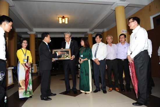 Vice Chairman Thanh (left) offers a souvenir to Deputy Prime Minister of Thailand Somkid Jatusripitak.