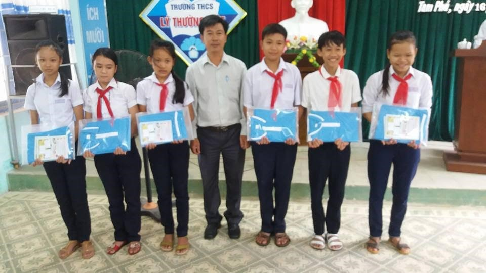 Students of the free classes receive gift (uniform T-shirt) from Quang Nam Newspaper