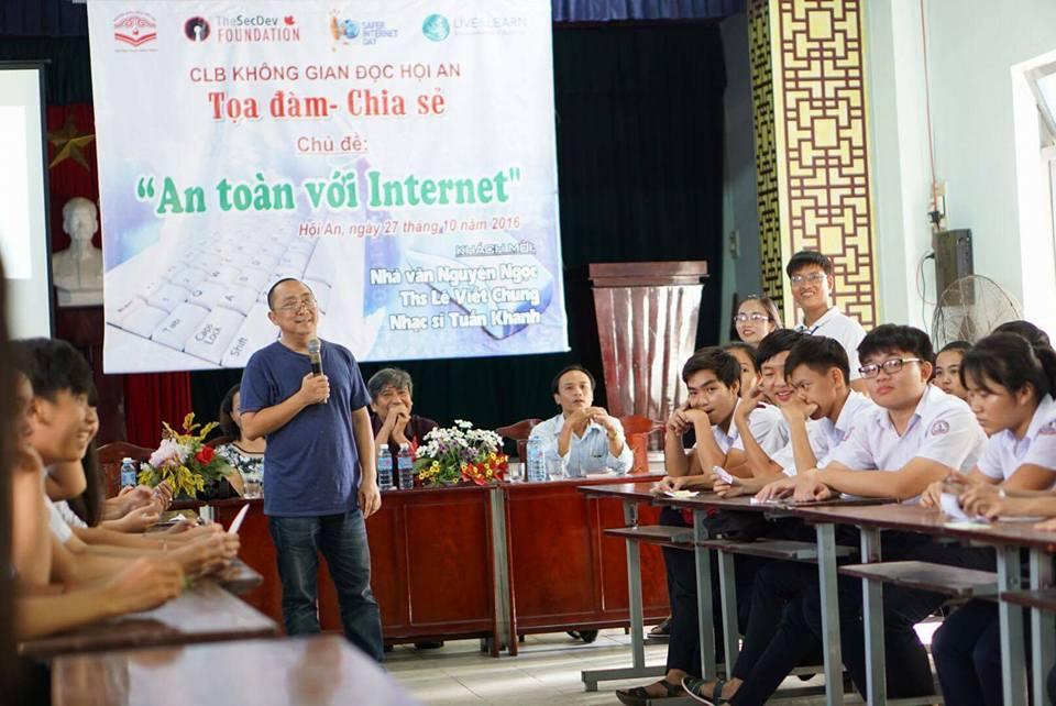 Nhạc sĩ Tuấn Khanh tại buổi tọa đàm - chia sẻ