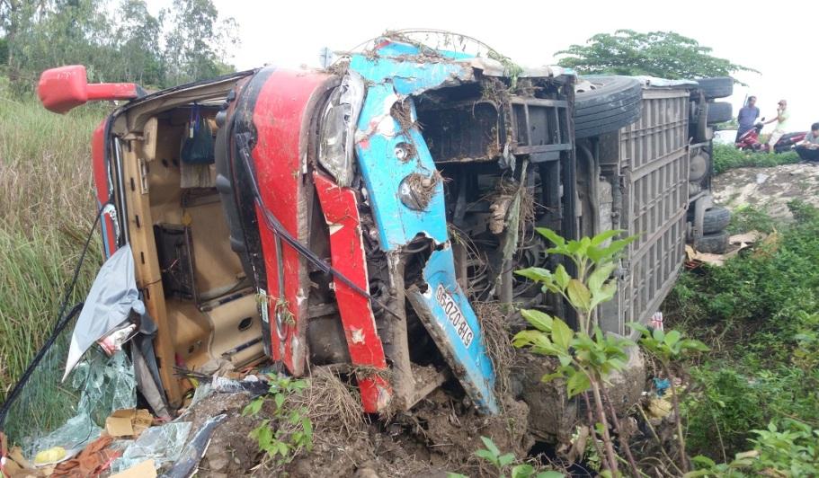 Chiếc xe khách bị hư hỏng nặng sau tai nạn