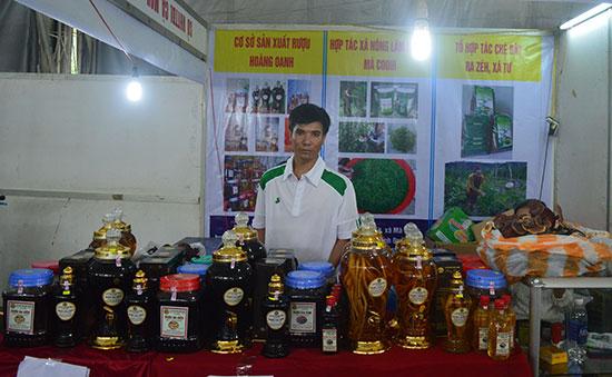 Chè dây Ra Zéh cùng với các sản phẩm đặc trưng khác của Đông Giang tham gia hội chợ tại Đà Nẵng. Ảnh: C.T