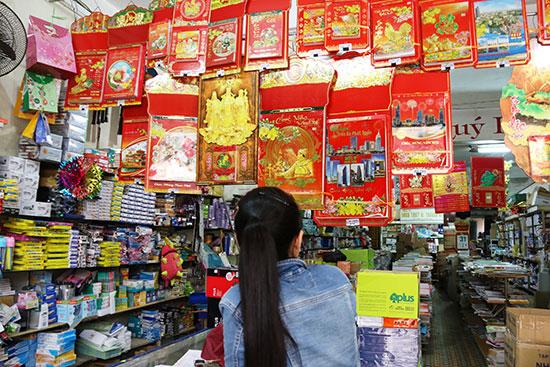 Lịch Tết 2017 được bày bán tại nhà sách Giáo khoa (đường Phan Châu Trinh, TP. Tam Kỳ). Ảnh: KIỀU LY