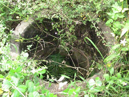 Giếng Bốn Trụ đã được xây dựng lại nhưng bị bỏ hoang.