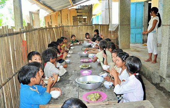 Học sinh miền núi được hỗ trợ ăn trưa bán trú tại trường góp phần nâng cao chất lượng giáo dục.