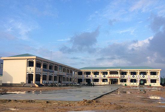 Trường THCS Nguyễn Văn Trỗi vẫn chưa hoàn thiện các công trình phụ. Ảnh: V.M