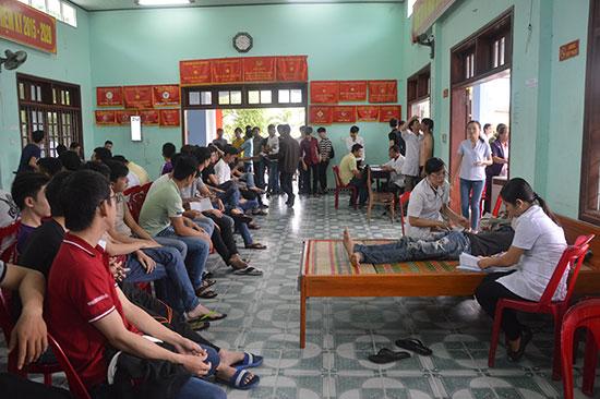 Khám tuyển sức khỏe NVQS cho thanh niên trong độ tuổi nhập ngũ tại phường Vĩnh Điện. Ảnh: TUẤN ANH
