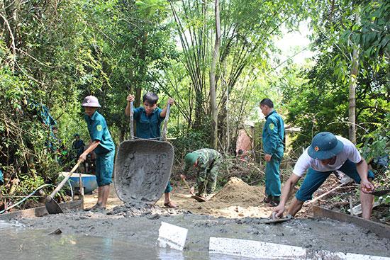Học viên Trường Quân sự địa phương tỉnh tham gia làm đường giao thông nông thôn tại thôn Phú Bình. Ảnh: TUẤN ANH