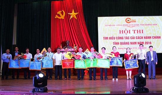Ban tổ chức hội thi trao giải cho các đơn vị đoạt giải toàn đoàn. Ảnh: VĂN HÀO