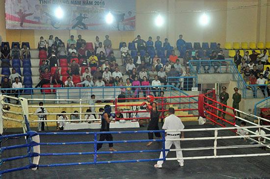 Khá đông khán giả Núi Thành theo dõi giải Võ thuật cổ truyền tỉnh Quảng Nam năm 2016 tổ chức tại Nhà thi đấu huyện Núi Thành.