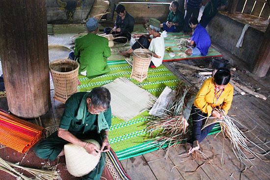 """""""Hợp tác xã"""" đan lát truyền thống Pơr'ning được phục hồi từ một dự án của địa phương. Ảnh: ALĂNG NGƯỚC"""
