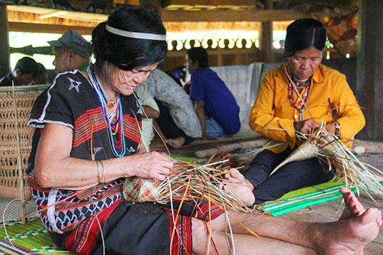 Các cụ bà cần mẫn ngồi đan sản phẩm chiếu, gối, túi xách alớ truyền thống.