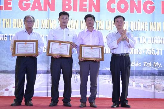 Phó Chủ tịch Trần Đình Tùng trao tặng bằng khen của UBND tỉnh cho 3 tập thể có thành tích xuất sắc. Ảnh: CÔNG TÚ
