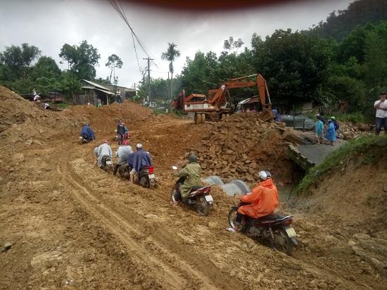 Phương tiện xe máy đã có thể đi lại trên đường tạm, chỉ còn hoàn thiện phần mặt đường. Ảnh: CÔNG TÚ