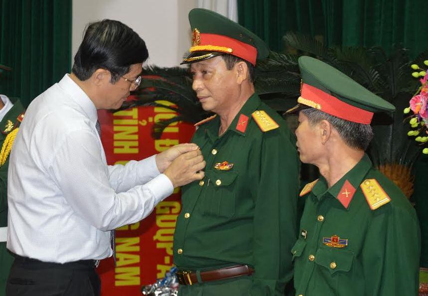 Bí thư Tỉnh ủy Nguyễn Ngọc Quang trao tặng huy hiệu 30 năm tuổi Đảng cho 04 đảng viên