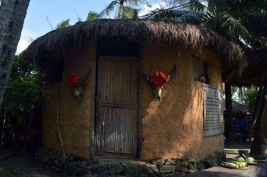 Bên ngoài Làng Văn hóa các dân tộc Miêu - Lê ở Hải Na