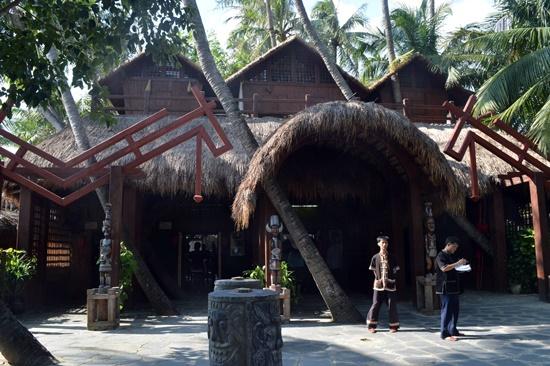 Lối vào làng văn hóa Miêu - Lê
