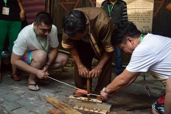 Tham quan làng khách sẽ được trải nghiệm các hoạt động thường nhật của người dân như cách tạo lửa từ mài gỗ